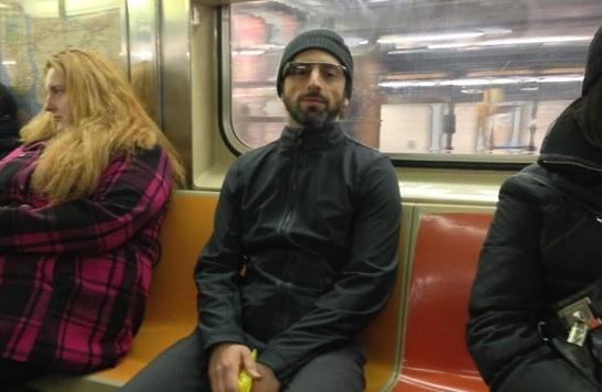 Основатель Google -- Сергей Брин в Нью-Йорском метров с Google Glass